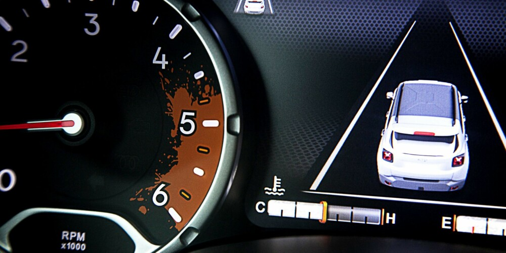 Moderne syvtommers TFT-skjerm med søleflekk. FOTO: Jeep