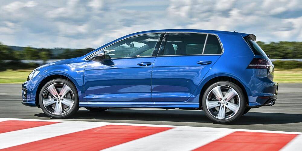 VW Golf R er mer polert enn Subaru-en. Det gjør den mer komfortabel til hverdagsbruk. Samtidig byr den på plenty av morsomme egenskaper. Praktisk er den også. FOTO: TopGear