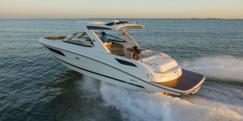 """SOL: Sea Rays nyeste SLX er en ypperlig godværsbåt, med alle de riktige ingrediensene på plass for en vellykket båttur. Fantastisk """"soundtrack"""" fra to gromme V8 under solsengen akter. Men ikke tenk på bensinprisen."""