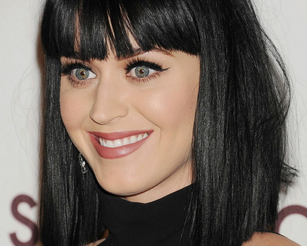 HELSORT: Katy Perry har sportet en helsort hårfarge siden hun var 15 år gammel, som passer perfekt til sin varme hudtone (gul undertone) og kalde øyne i blå/grå toner. Legg også merke til gulspekket som gir midten av øyet litt varme.