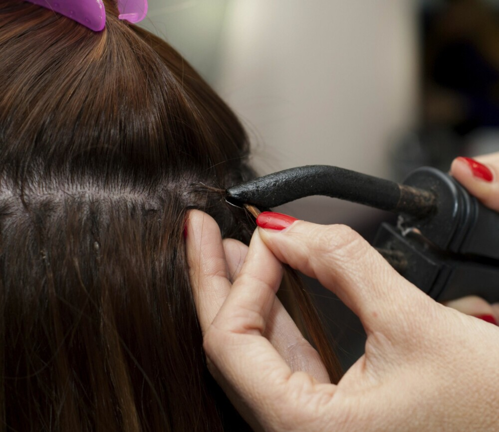 """FORSIKTIG: """"Pre bound""""-extensions, som limes rett på naturlig hår med keratin, kan slite ekstra på visse hårtyper. I tillegg er det fristende for mange å fjerne disse selv, men her bør du alltid få profesjonell hjelp."""