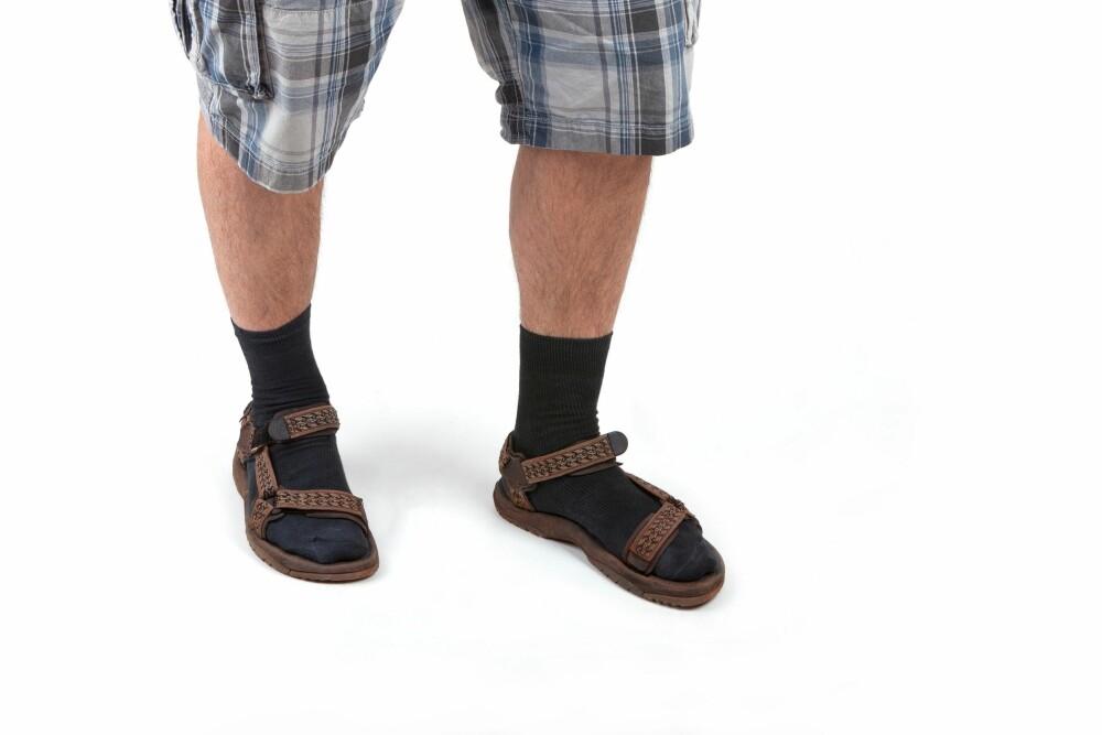 DROPP SOKKENE: Hva enn du gjør - aldri bruk sokker i sandaler! Det virker både imot sandalens hensikt, og ser særdeles lite bra ut.