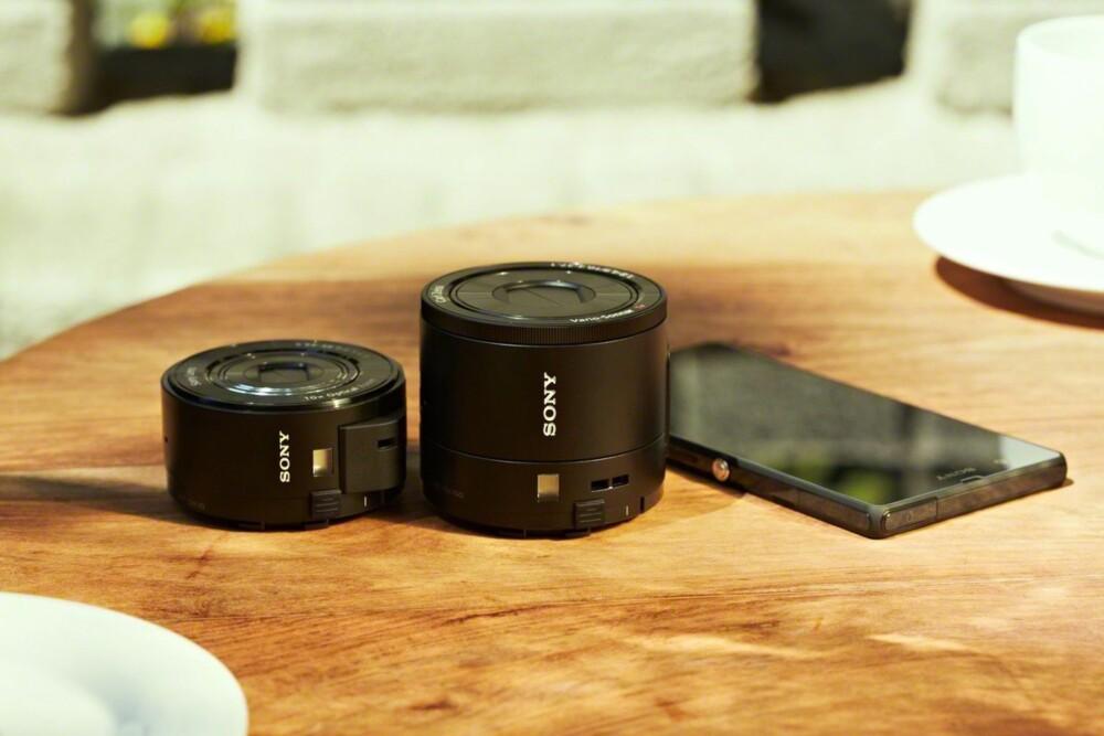 IKKE ALENE: QX1 har flere søsken i QX-serien. Her sammen med QX100 som er en kompaktkameravariant med fast objektiv.