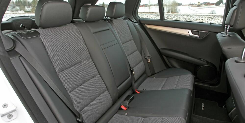 GOD PLASS: I forhold til de ytre målene har Mercedes utnyttet den innvendige plassen godt. Baksetet er komfortabelt for to, men noe trangt for tre.
