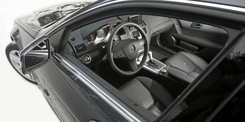 LITT TRAUST: Dashbordformene forteller deg ikke at du sitter i en ordentlig dyr bil, men kvalitetsfølelsen er solid.