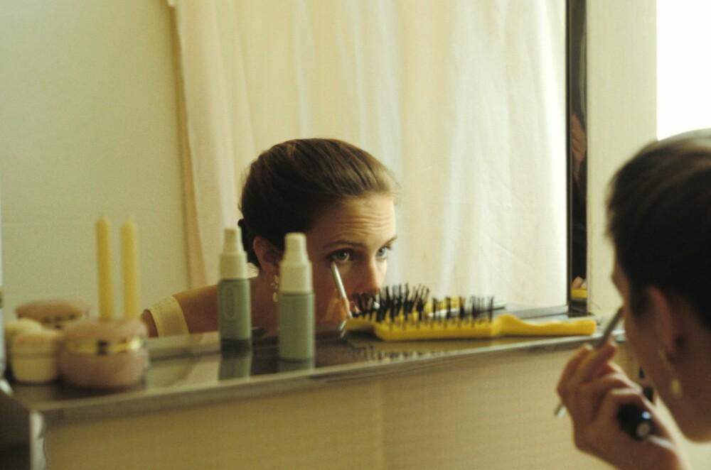 IKKE HER: Sminken du legger på badet vil sjelden gjøre deg til den beste versjonen av deg selv.