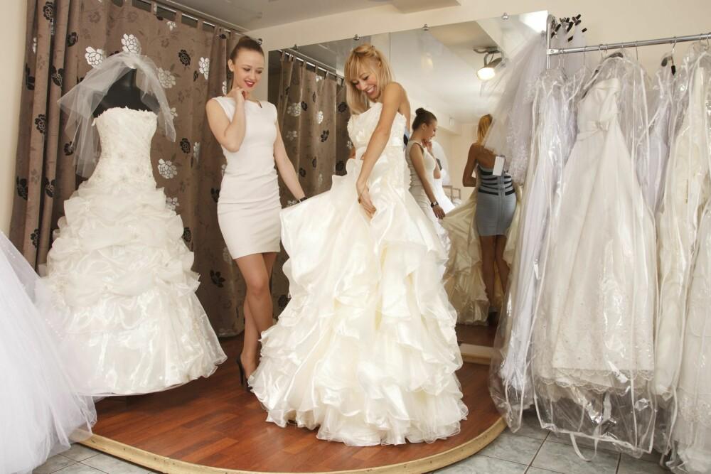 PRØV ULIKE FASONGER: Selv om du kanskje er fast bestemt på hva slag kjole du ønsker det, kan det være lurt å tenke litt utenfor boksen og prøve ulike fasonger.