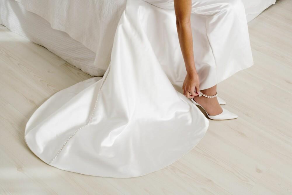 PRØV MED SKOENE: Det kan være lurt å prøve brudekjoler sammen med skoen du har tenkt å bruke på den store dagen, så ser du om det passer sammen eller ikke.