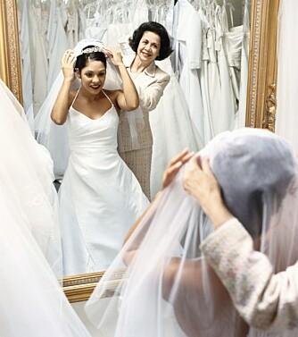 PRØV MED TILBEHØR: Har du først funnet drømmekjolen, kan det lønne seg å prøve ulike slør og annet tilbehør med en gagn slik at du ser om det matcher kjolen eller ikke.