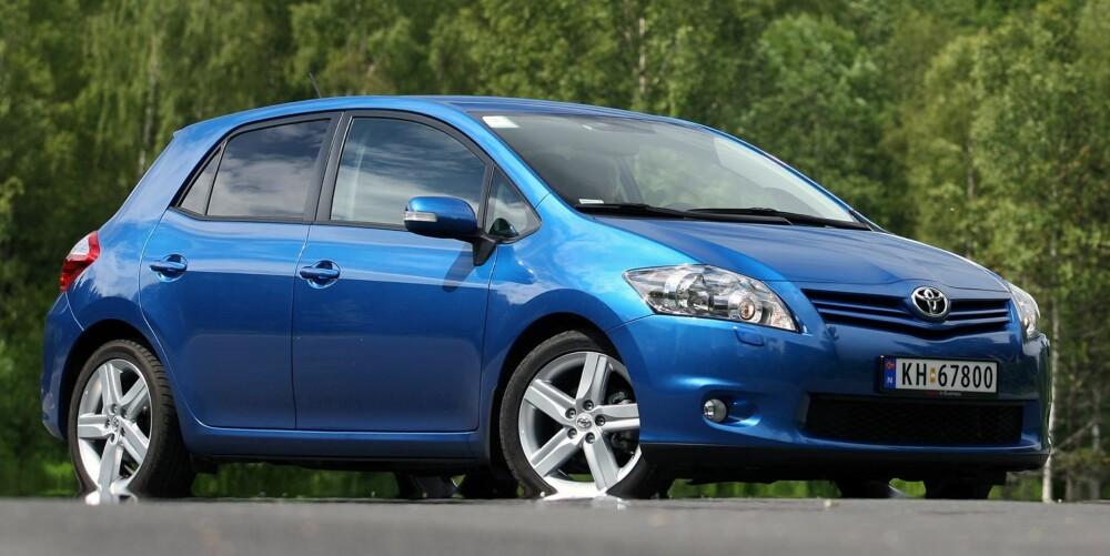 INGEN FRISKUS: Toyota Auris er ingen spennende bil, og må leve med et snev av gubbestempel. Men et tryggere bruktbil kjøp må du lete lenge etter. Foto: Egil Nordlien, HM Foto