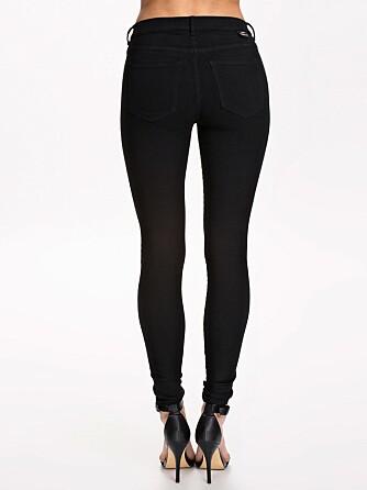 PASSER ALLE: Ifølge jeansdesigner Camilla Dam bør man velge en svart jeans med middels høyt liv og stretch hvis man er usikker på hva man passer.