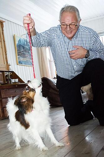 ALVOR OG MORO: Lek er bra for hundene, for det stimulerer jaktinstinktene som  bør være skjerpet når de skal lete etter kreftprøver.