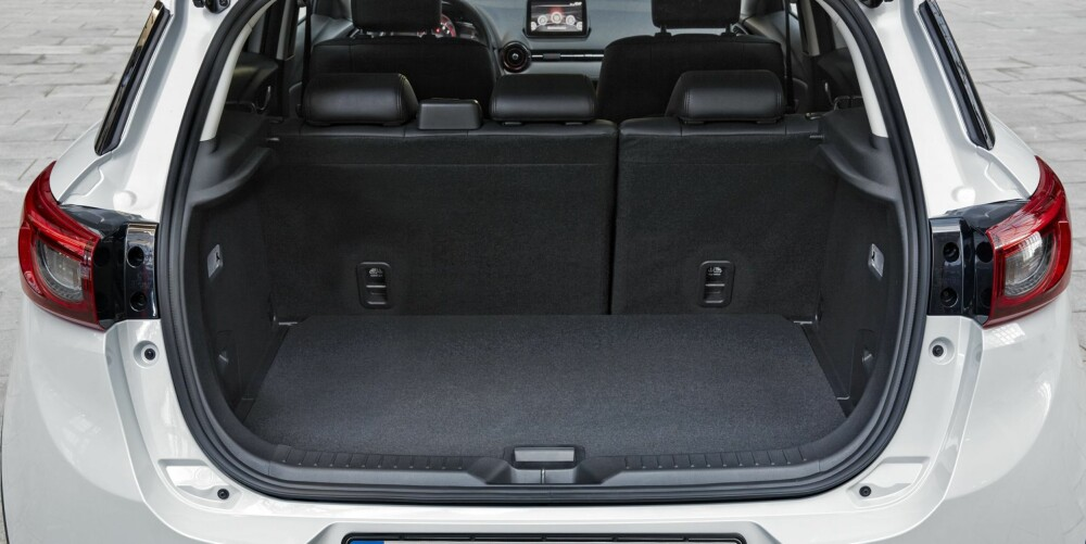 IKKE STØRST: Bagasjerommet er ikke stort. Mazda oppgir volumet til 350 liter, litt mindre enn Opel Mokka og en hel del mindre enn for eksempel Skoda Yeti og Mitsubishi ASX.