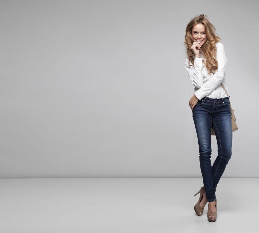 HVIT SKJORTE: En crispy, hvit skjorte er like fin i en dress, som til jeans, skjørt og under skinnjakka.