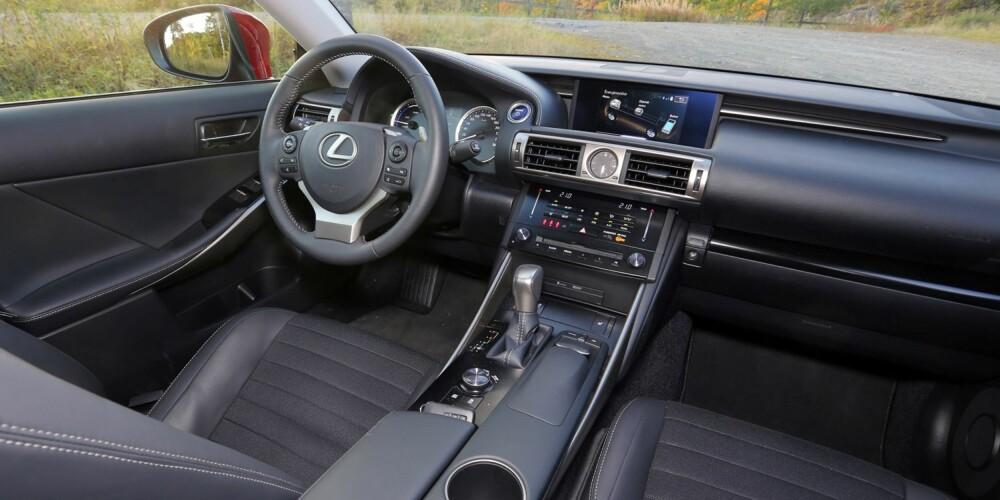 KOMPAKT: Du sitter tett opp mot frontrute og panser, noe som gir god kjørefølelse. Fra skjermen i midten styrer du flere viktige funksjoner i bilen.