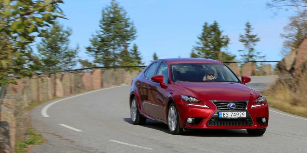KJØRER GJERNE: Lexus IS 300h har utmerket langturskomfort og inngir tillit ved inspirert kjøring.