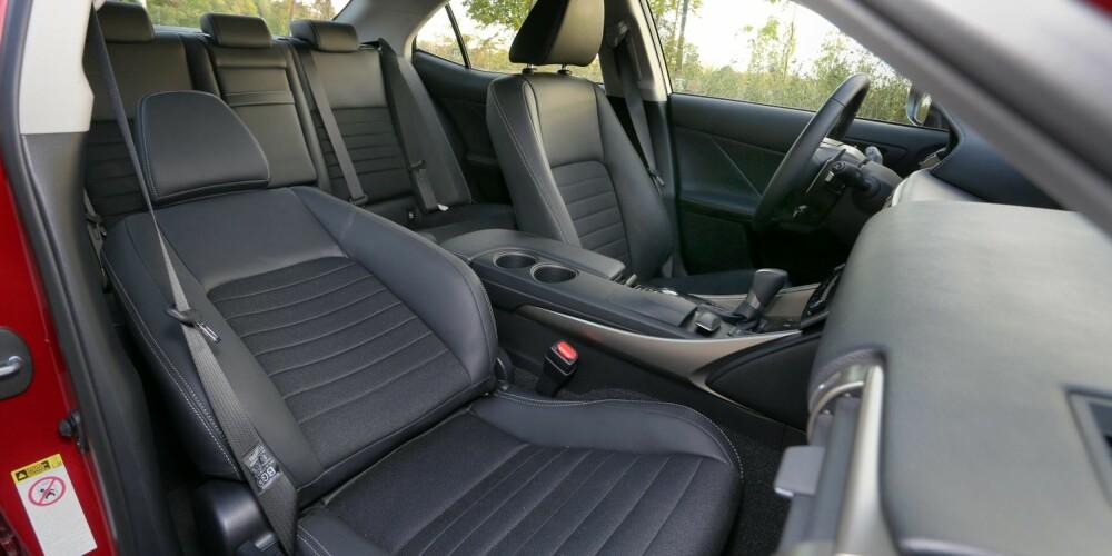 FOR FIRE: Det er blitt mer passasjerplass i Lexus IS 300h. Fire normalvoksne har det bra på tur, men takhøyden bak kan bli knapp.