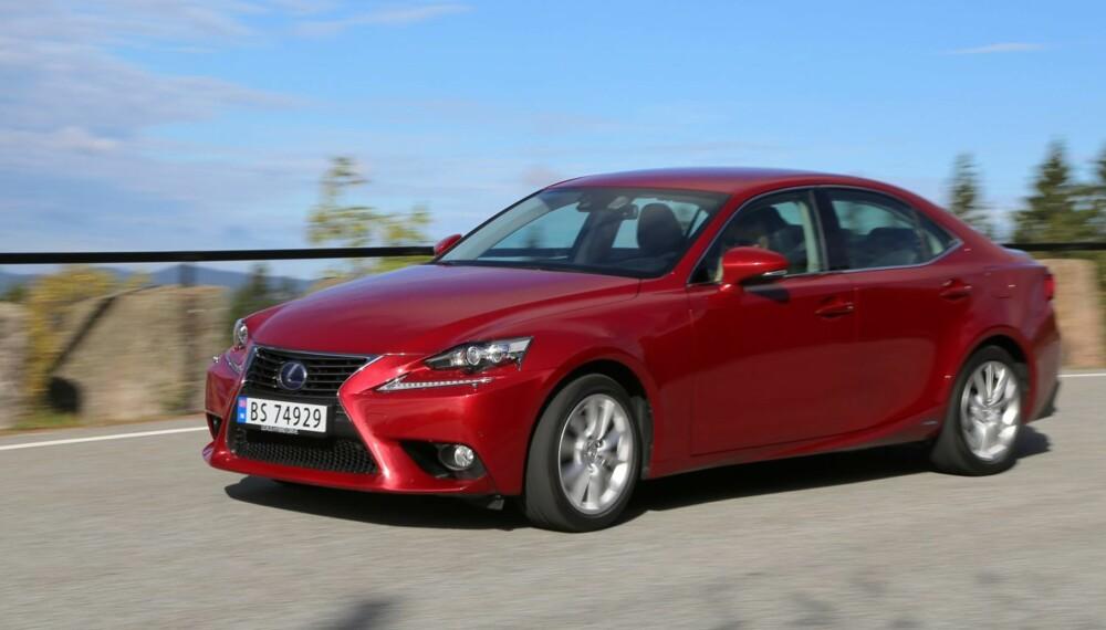 STILFULL: Den nye Lexus IS 300h har utseendet med seg og vekker oppsikt der den ruller frem. Den skal gi BMW 3-serie litt å tenke på.