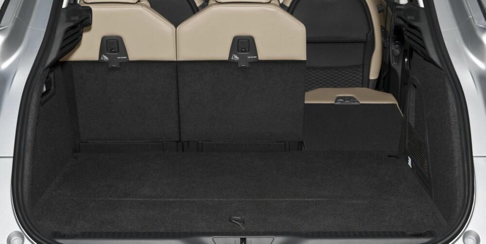 NEDFELLBARE: Bakseteryggene kan felles ned - ganske vanlig i dag. men de tre enkeltsetene kan også skyves frem og tilbake. FOTO: Citroën