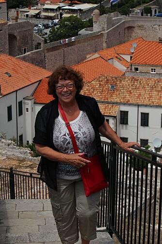 Solveig Marie Meli Hval (72): Hva er det beste ved å være på cruise? – Seiling på kveld og natt, opplevelser på land om dagen. Deilig å bo på et flytende hotell med et vell av aktivitetstilbud om bord og deilig mat. Og hyggelig betjening. Kunne du tenkt deg å dra på cruise igjen? – Ja.