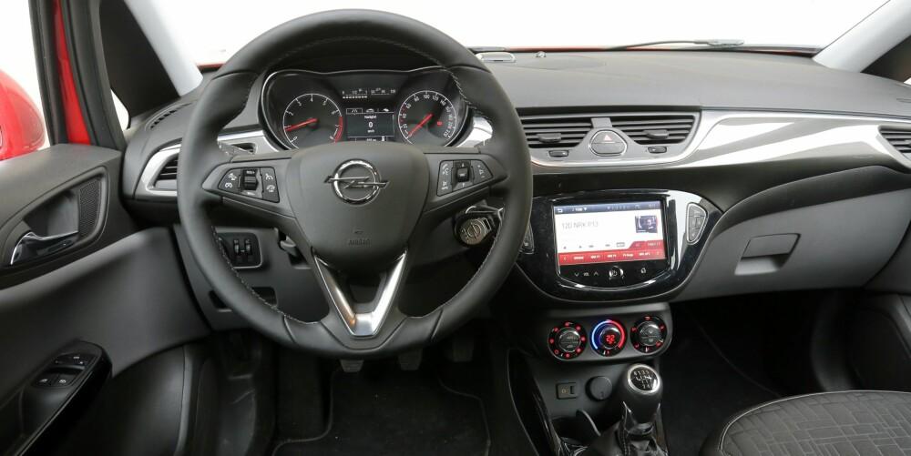 MYKERE: Det er mindre hardplast i Corsa-interiøret enn hva som er normalt blant småbilene. Betjeningsskjermen er plassert litt lavt etter vår smak.