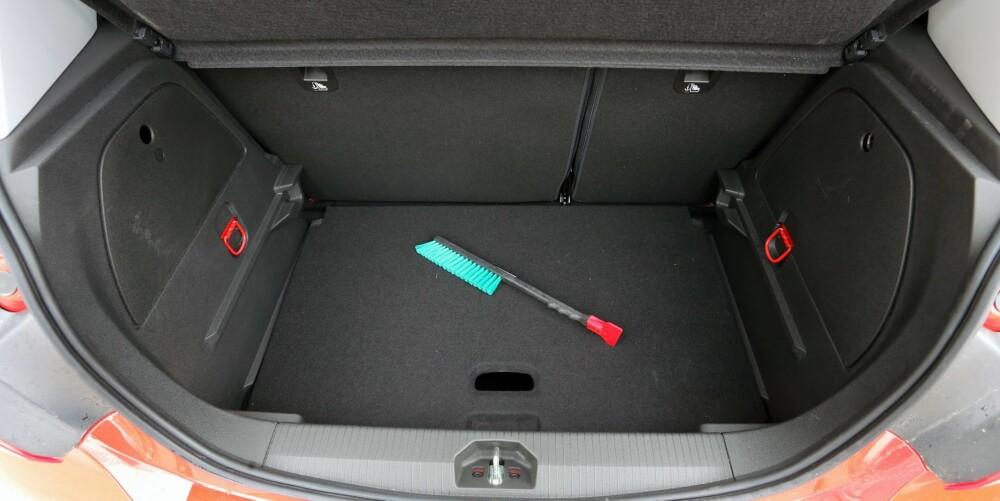 JUSTERBART: Gulvet i bagasjerommet kan settes i høy og lav posisjon. Her står det i den lave. Vi har vanskelig for å se gode grunner til å velge den høye, som naturlig nok gir mindre plass.