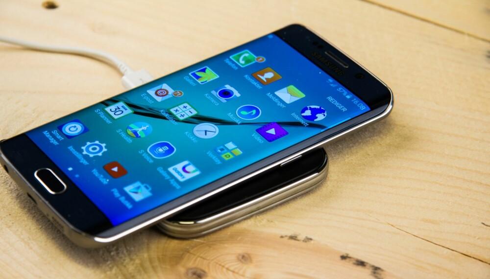 TRÅDLØS: Galaxy S6 støtter de to vanligste standardene for trådløs lading. Det gjør lading enkelt og brukervennlig.