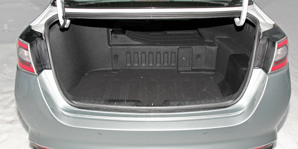 DÅRLIG LØSNING: Bagasjerommet i Kia Optima er rommelig og lett og utnytte, men i hybriden stjeler batteriet verdifull plass. Hybriden har kun 383 liters bagasjeromsvolum, mot 505 i Optima med vanlig forbrenningsmotor.