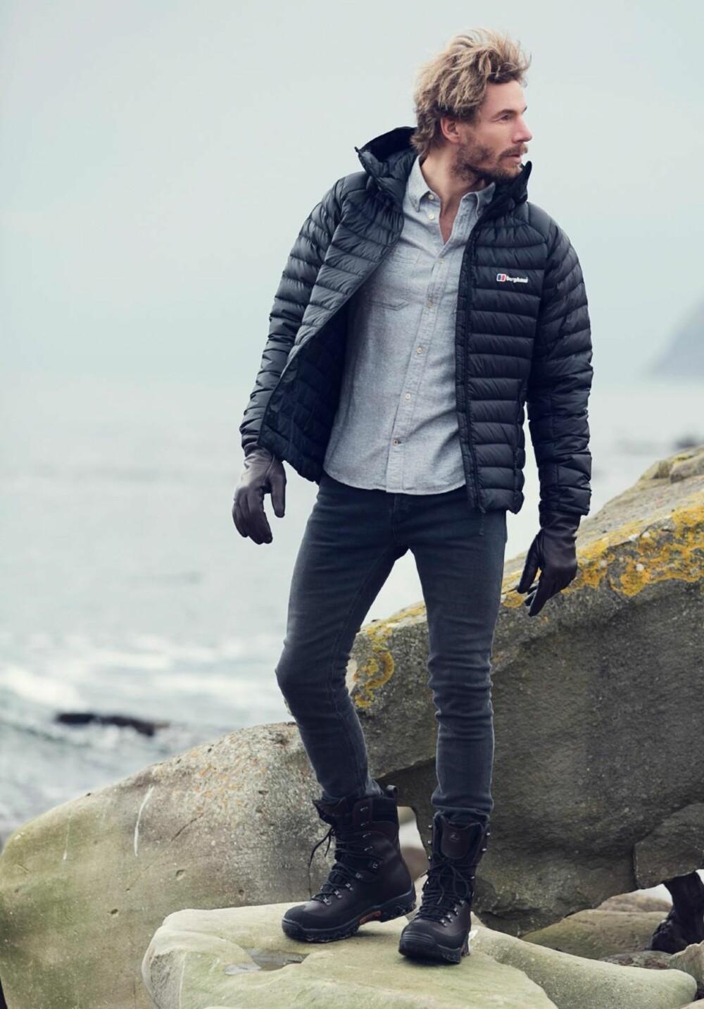 LETTDUNJAKKEN: Et basisplagg alle menn bør ha i garderoben, mener stylistene. Dunjakke fra Berghaus, kr 3555. SKjorte fra NN07, kr 1099. Jeans fra Mardou&Dean, kr 1099. Støvler fra Viking footwear, kr 3099.  FOTO: Janne Rugland STYLING: Elisa Røtterud og Stian Tjernsmo