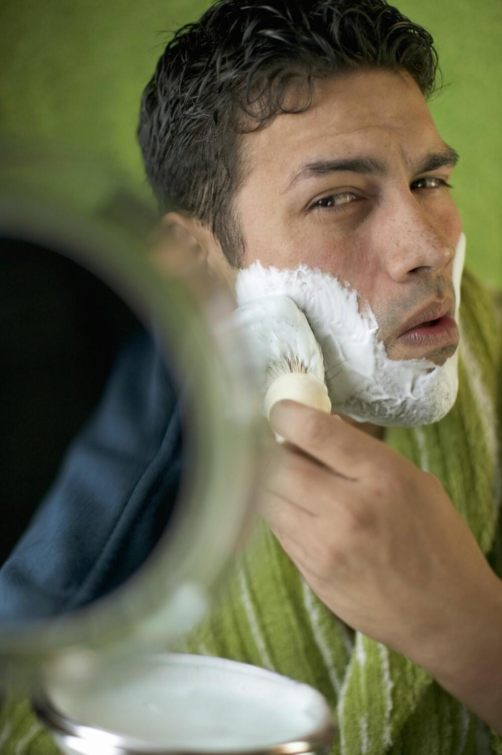 """BRUK BARBERKOST: Bruker du en barberkost for å skumme opp barberkremen eller barbersåpen, vil hårene løfte seg og du vil dermed få en """"closer shave""""."""