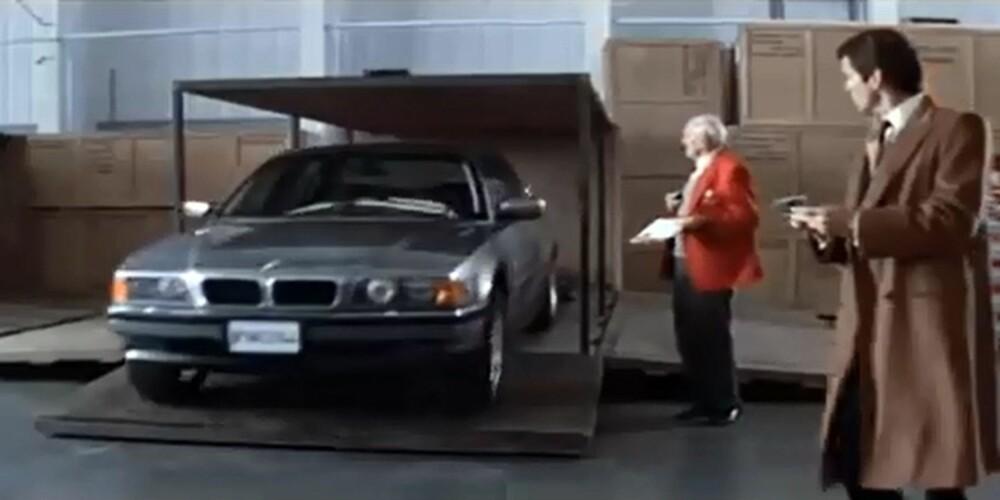 """FJERNKONTROLLERT 1.0: James Bond styrer BMW 7-serie (750iL-modell, 1997) med fjernkontroll i filmen """"Tomorrow Never Dies"""". Det satt riktig noen på gulvet inne i bilen og styrte. FOTO: Screenshot"""