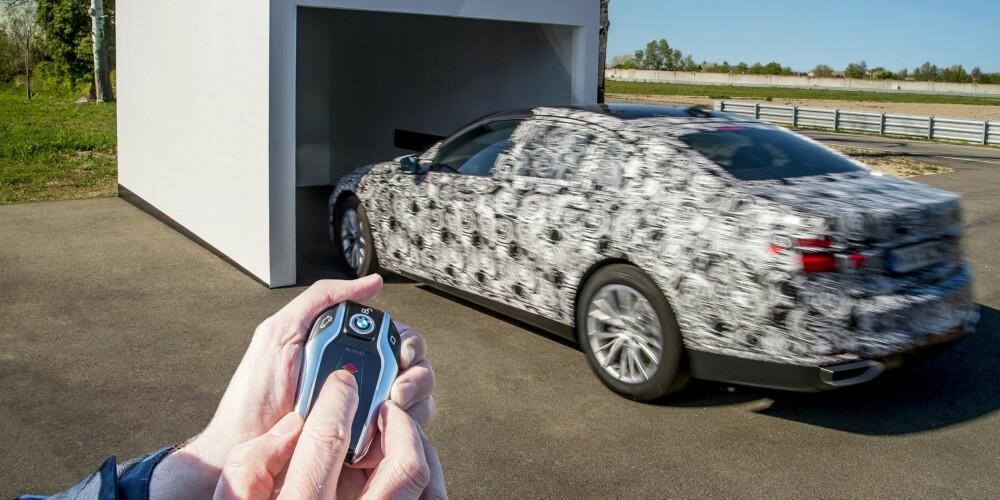 FJERNKONTROLLERT 2.0: Nye BMW 7-serie parkeres ved hjelp av fjernkontroll, og denne gangen uten filmtriks. FOTO: BMW