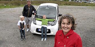 SPENNING I HVERDAGEN: Laila Skaiaa og familien hennes levde med Citroën C-Zero noen dager, en temmelig stor overgang fra Volvo V70-en de ellers bruker. ¿ Men det gikk helt fint, sier Skaiaa. (Foto: Øyvind Jakobsen)