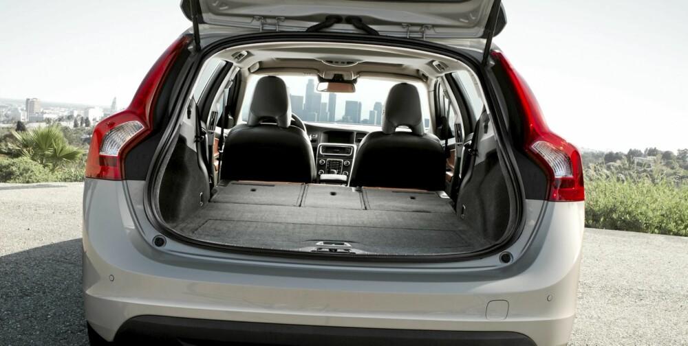 LIDER: Før seteryggene felles ned, rommer ikke V60 mer enn 440 liter. Det er ikke mye størrelsen tatt i betraktning. Men du kan jo alltids kaste ut passasjerene og legge setene flate...