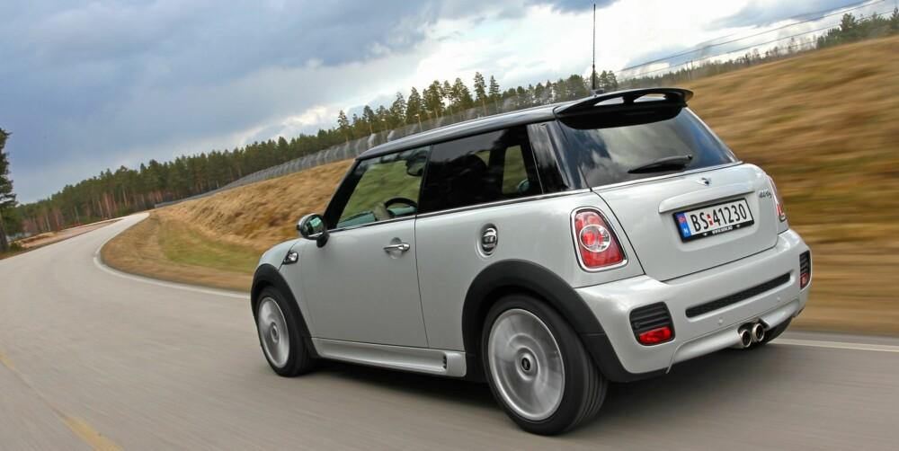 ARTIG: Mini Cooper S gjør det mulig å realisere en svært morsom bil under 350 000 kroner. Men praktisk? Glem det.