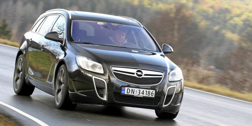 KJØRER BRA: Opel Insignia Sports Tourer kjører bra, ser bra ut og ikke minst er den komfortabel og ganske praktisk. Bilen på bildet er en OPC-variant. FOTO: Egil Nordlien, HM Foto