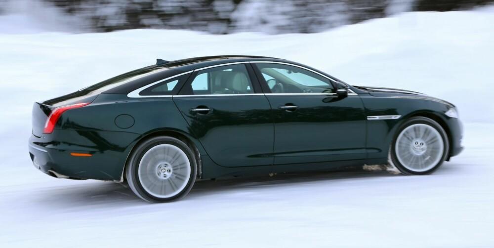 ELEGANSE: Jaguar XJ er en studie i langbent eleganse. Den peneste bilen i luksusklassen er ikke noe du ustraffet setter en skiboks på. FOTO: Terje Bjørnsen