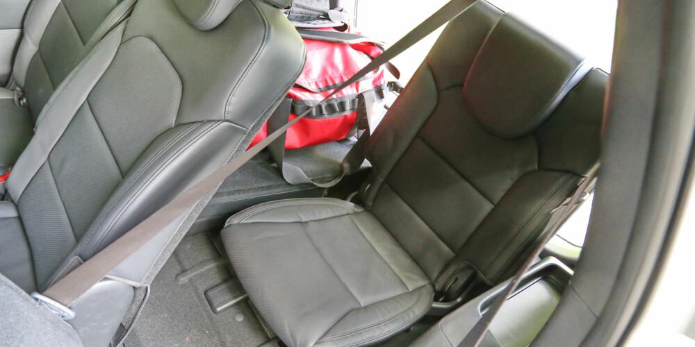 EKSTRA PLASS: De to bakerste setene har begrenset benplass og sittehøyde. Setene på andre seterad kan skyves frem og bedre plass bakerst.