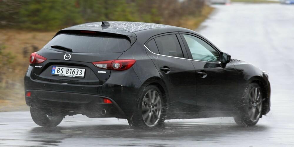 DESIGNBLINK: Mazda 3 har et utseende som setter de fleste andre kompaktbiler i skyggen. Hekken er småfrekk, med to eksosrør og baklys som gjenspeiler frontlyktenes form. I sidene går linjer og hvelvinger harmonisk over i hverandre. FOTO: Petter Handeland