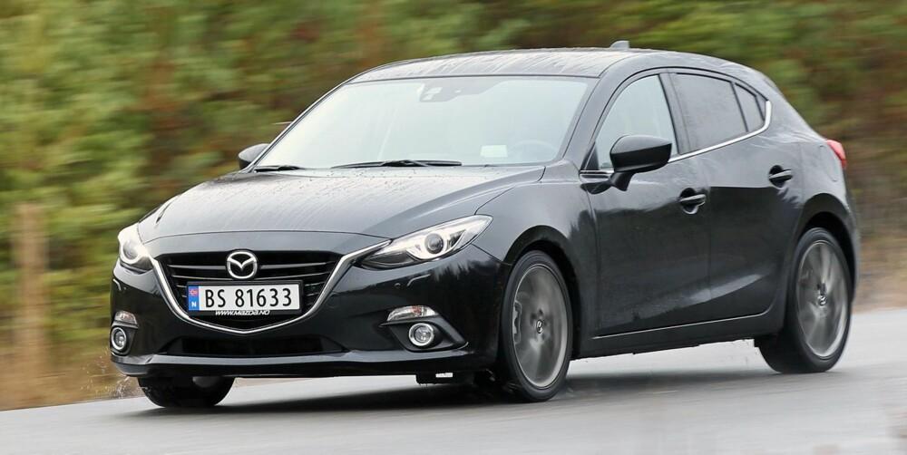 STOR: Med en lengde på 446 cm er Mazda 3 en stor kompaktbil, 10-11 cm lengre enn Ford Focus og VW Golf. Fronten er bred og markert, og den har et langt panser som krummer seg over motorrommet. FOTO: Petter Handeland