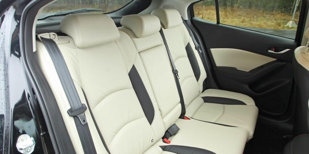 NORMALT: Mazda 3 har gjennomsnittlige plassforhold for kompaktklassen, også i baksetet. FOTO: Petter Handeland