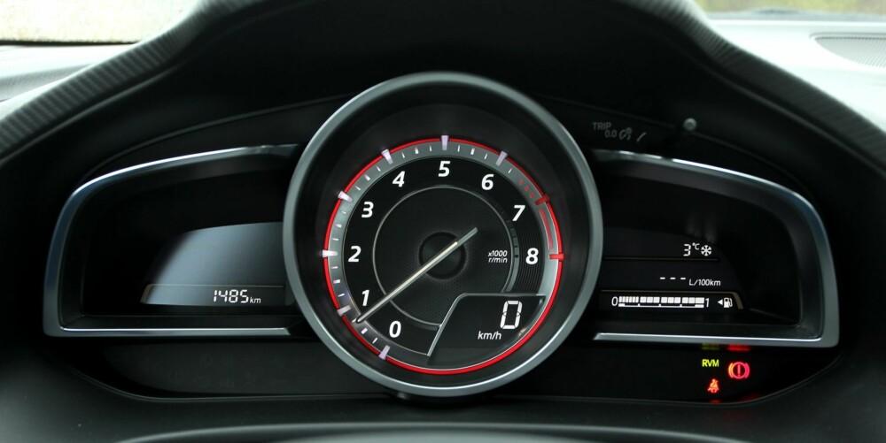 STØRST: Turtelleren er det største instrumentet i Mazda 3-dashbordet. Hastighet vises digitalt, og i topputstyrsserien også på et headup-display som vippes opp fra toppen av dashbordet (utenfor bildet). FOTO: Petter Handeland