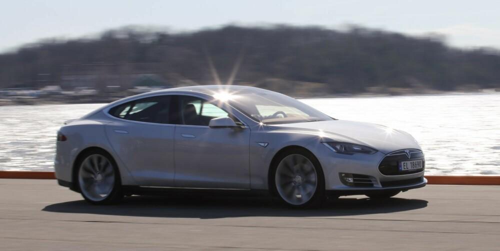 SÅ DET REKKER: Vår forbruks- og rekkeviddetest viser at Tesla Model S har bra kapasitet til å gjennomføre langturer uten mellomlading. Men korrekt kjørestil betyr mye.