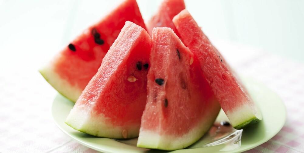 VANNMELON: Trodde du at vannmeloner bare inneholdt vann? Vel, de kunne like gjerne ha blitt kalt vitaminmeloner eller vitameloner, da de er fylt med lykopen og betakaroten. Disse vitaminene beskytter huden og reparerer solskader i huden, som allerede er der.