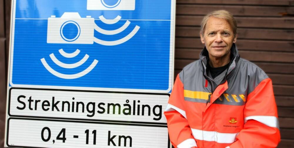 STREKNINGS-ATK: Ser du dette skiltet betyr det at strekningen foran deg har gjennomsnittsmåling av fart. Jan Wamstad, senioringeniør i Statens vegvesen, tror de nye skiltene er lettere å forstå. FOTO: Petter Handeland