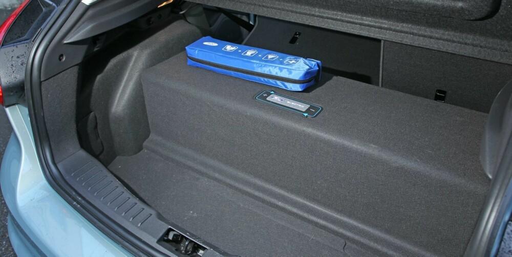 TREKKER NED: Dette er en av ulempene ved å gjøre om en vanlig bil til elbil. I Ford Focus Electrics tilfelle spiser batteripakken opp nesten hele bagasjeromsplassen. FOTO: Petter Handerland