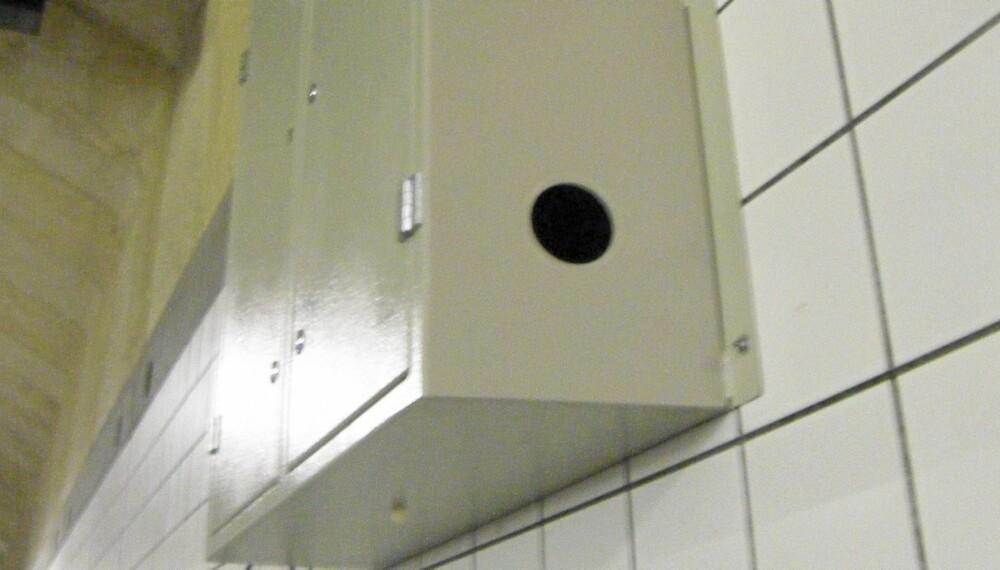 """LURT: Mange ble tatt av dette """"""""sikringsskapet"""""""" i Operatunnelen i Oslo. Skapet skjuler et kamera."""