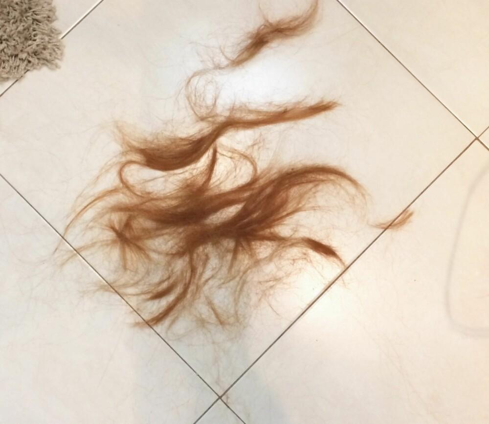 IKKE MYE: Man skulle tro at det ble klippet av mye mer hår, men så lite skulle til for å gjøre en forskjell.