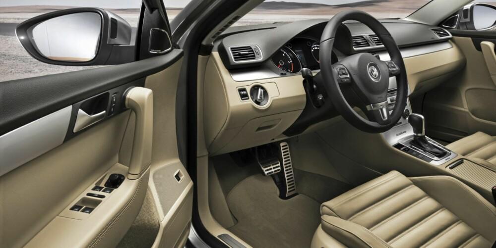 LIKT INNVENDIG: På innsiden er det fortsatt en Passat. Det betyr god materialkvalitet og mer enn nok plass.