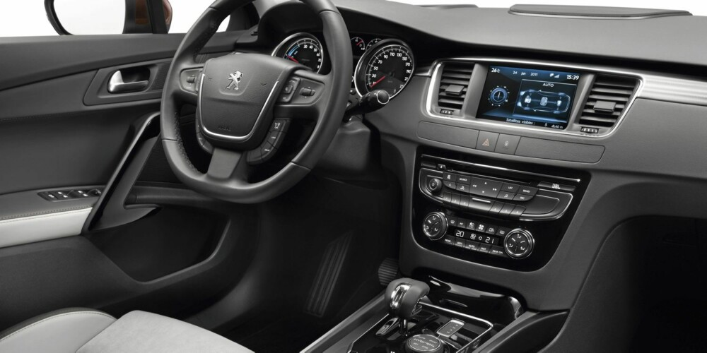 MODERNE: Interiøret er lekkert. Setene er i delskinn, og har ekstra lårstøtte. Foto: Peugeot